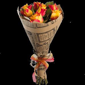 Букет из 7 роз в крафт-бумаге и с лентой