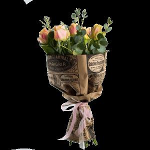 Букет из 5 роз с зеленью и крафт-бумаги