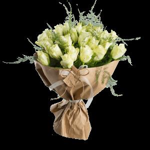 Букет из 25 белых роз с зеленью и крафт-бумагой