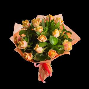 Букет из 15 роз с зеленью в оформлении