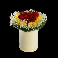 Цветы в коробке. Роза красная и желая с гипсофиллой.