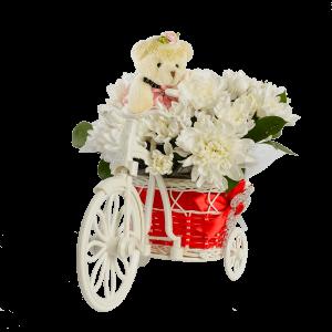 Велосипед с красным багажником, цветами и медведем