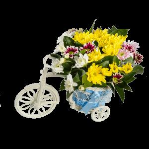 Велосипед с голубым багажником и цветами
