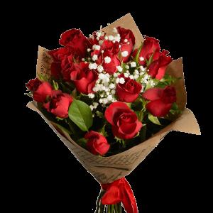 Букет из 15 красных роз с зеленью, оформлен крафт-бумагой