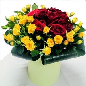 Букет из красных роз и желтых кустовых роз
