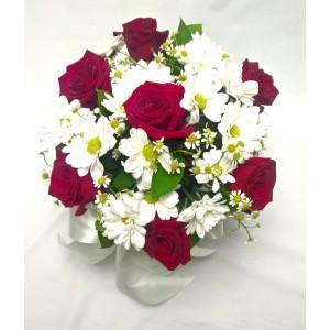 Роза, хризантема, ромашка в коробке