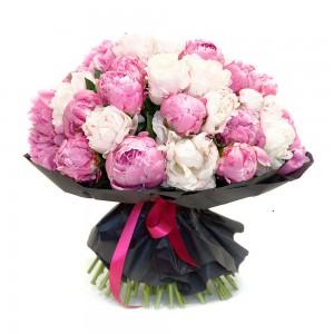 Букет из 25 розовых и белых пионов
